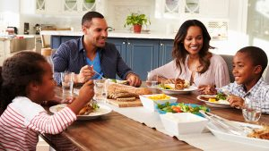 در کنار هم عذا خوردن اعضای خانواده