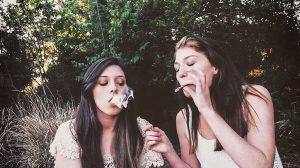 مصرف مواد مخدر در جمع دوستان